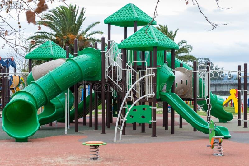 Terrain de jeu vert pour des enfants dehors images libres de droits