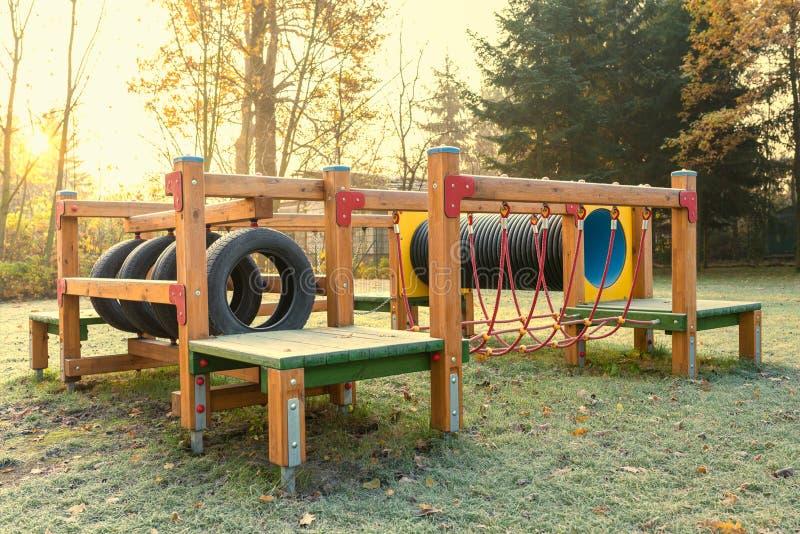 Terrain de jeu vide au lever de soleil photos stock