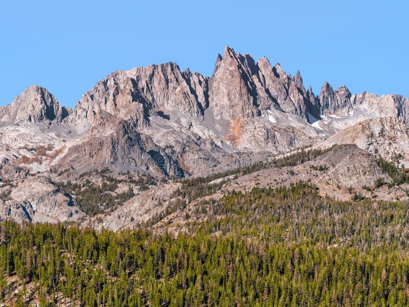 Terrain dramatique de montagne des hautes sierras en Californie photographie stock