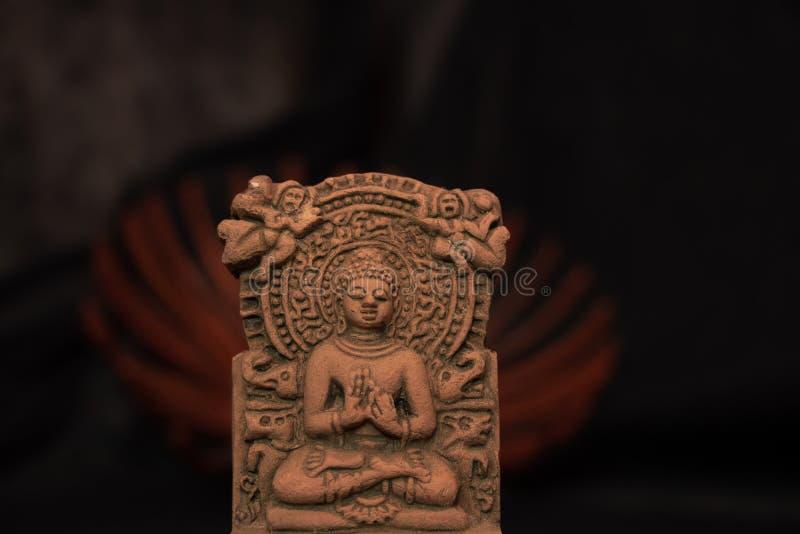 Terrakotta Buddha von Sarnath, Varanasi, Indien in der nachdenklichen ruhigen Lage lizenzfreies stockbild