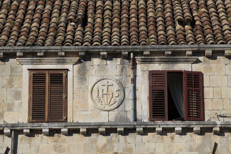 Terrakottatak och fönster med slutare royaltyfria bilder