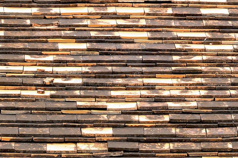 Terrakottategelplattor är van vid skyddar ljuset och regnet royaltyfri bild