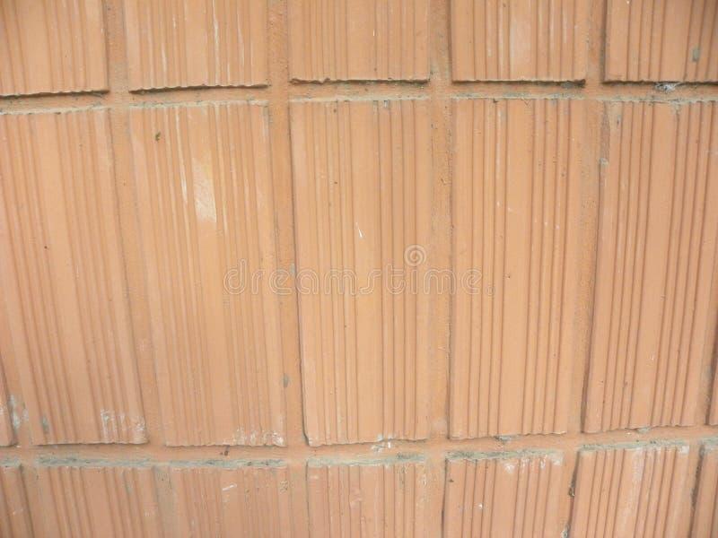 Terrakottawandhintergrund mit vertikalen Linien lizenzfreies stockbild