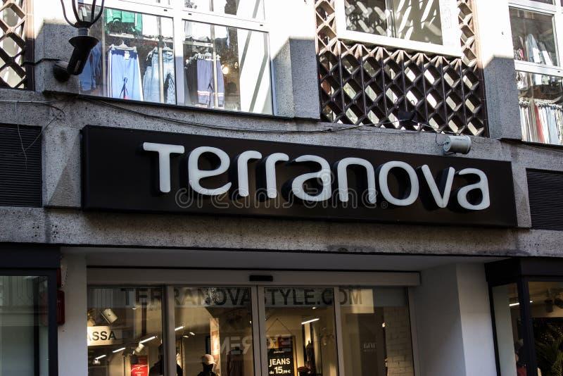 Terranova-Geschäft, in 'über Maestra 'die Hauptstraße eingeweiht dem Einkauf in der Stadt von alba in Italien stockfotos