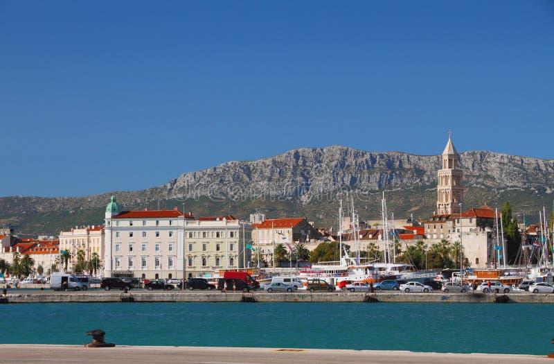 Terraplén, ciudad y montañas Fractura, Croatia fotografía de archivo