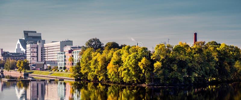 Terraplén de la visión panorámica de la ciudad de Riga en otoño Letonia, Europa del Norte fotografía de archivo libre de regalías