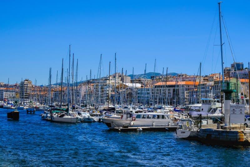 Terraplén de Marsella con los yates y los barcos en el puerto viejo Vieux-puerto de Marsella imagen de archivo