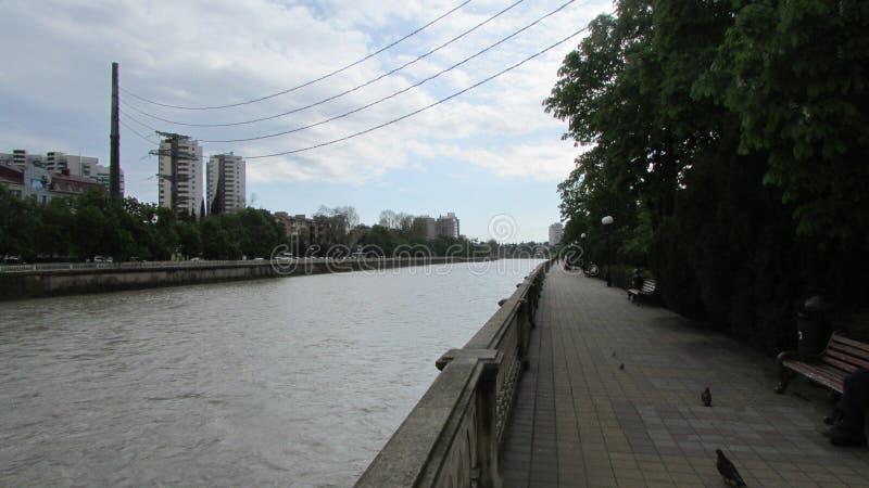 Terraplén de Sochi, Rusia En esta ciudad hay terraplénes - río y mar foto de archivo libre de regalías