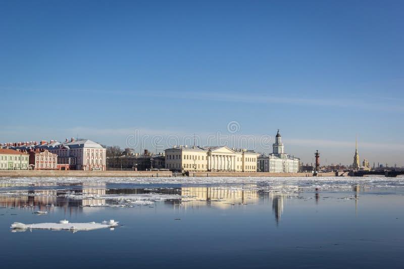 Terraplén del granito de St Petersburg, visión panorámica desde Neva River en paisaje urbano y arquitectura de la ciudad, deriva  imagen de archivo
