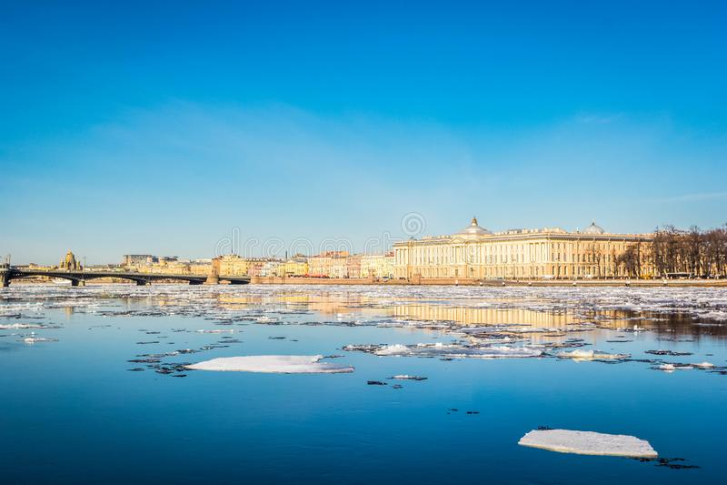 Terraplén del granito de St Petersburg, visión panorámica desde Neva River en paisaje urbano y arquitectura de la ciudad, deriva  imagen de archivo libre de regalías