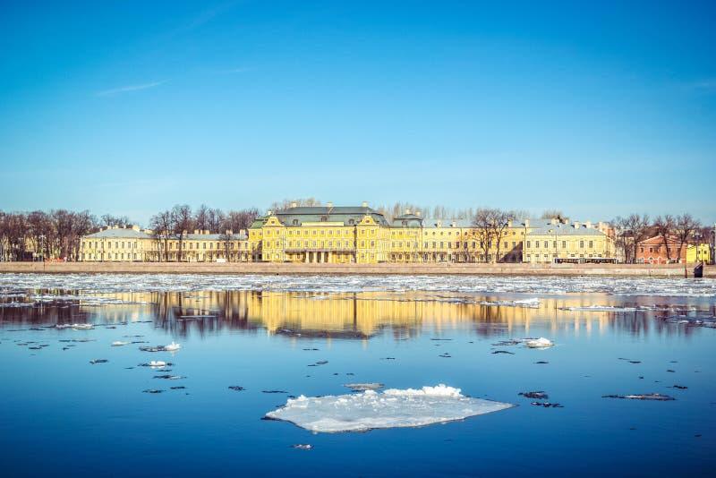 Terraplén del granito de St Petersburg, visión panorámica desde Neva River en paisaje urbano y arquitectura de la ciudad, deriva  fotografía de archivo libre de regalías