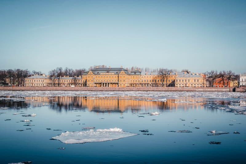 Terraplén del granito de St Petersburg, visión panorámica desde Neva River en paisaje urbano y arquitectura de la ciudad, deriva  fotos de archivo libres de regalías