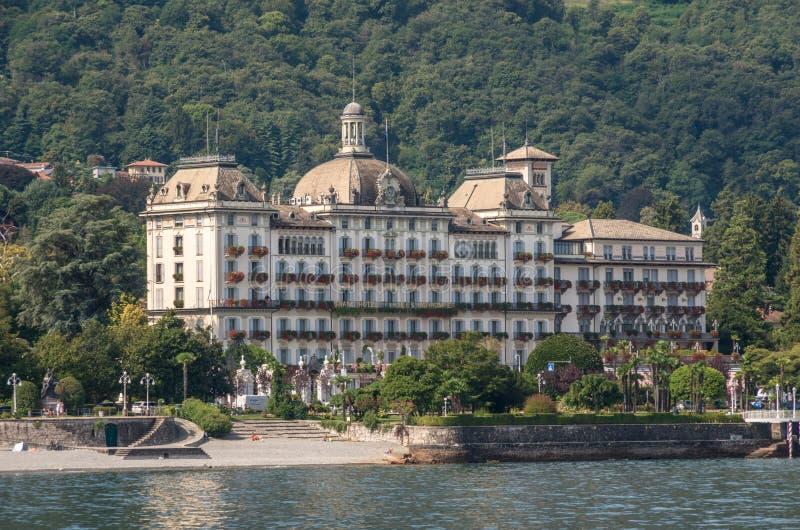 Terraplén del hotel de la ciudad magnífica del DES Iles Borromees y de Stresa, visión fotografía de archivo