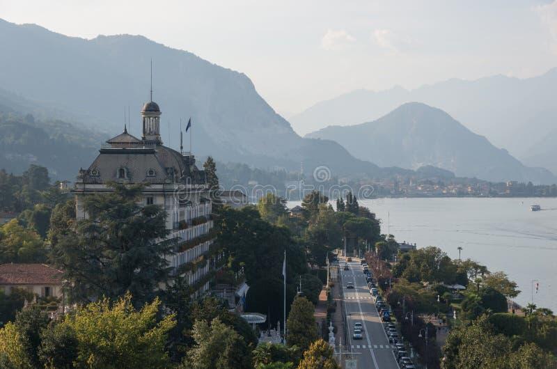 Terraplén del hotel de la ciudad magnífica del DES Iles Borromees y de Stresa, visión fotos de archivo