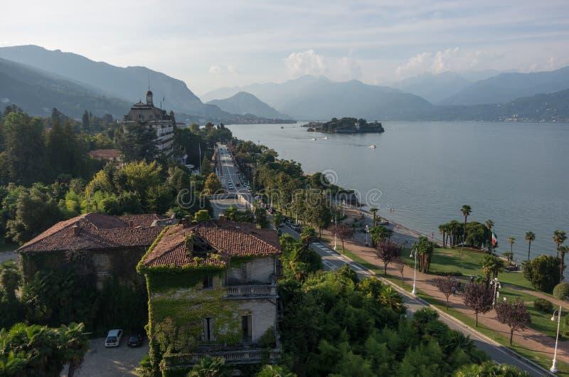 Terraplén del hotel de la ciudad magnífica del DES Iles Borromees y de Stresa, visión foto de archivo