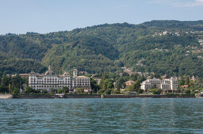 Terraplén del lago Maggiore, paisaje urbano de Stresa, Piamonte Italia fotografía de archivo