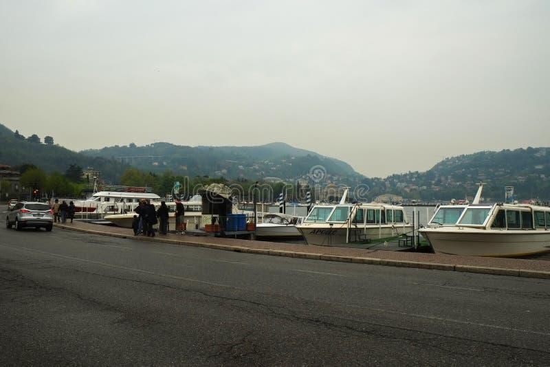 Terraplén del lago y del puerto Como con los yates imagen de archivo libre de regalías