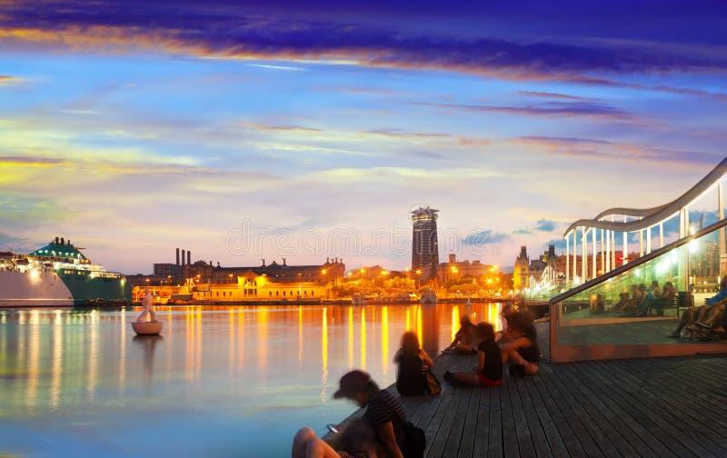 Terraplén del puerto Vell en puesta del sol. Barcelona fotografía de archivo