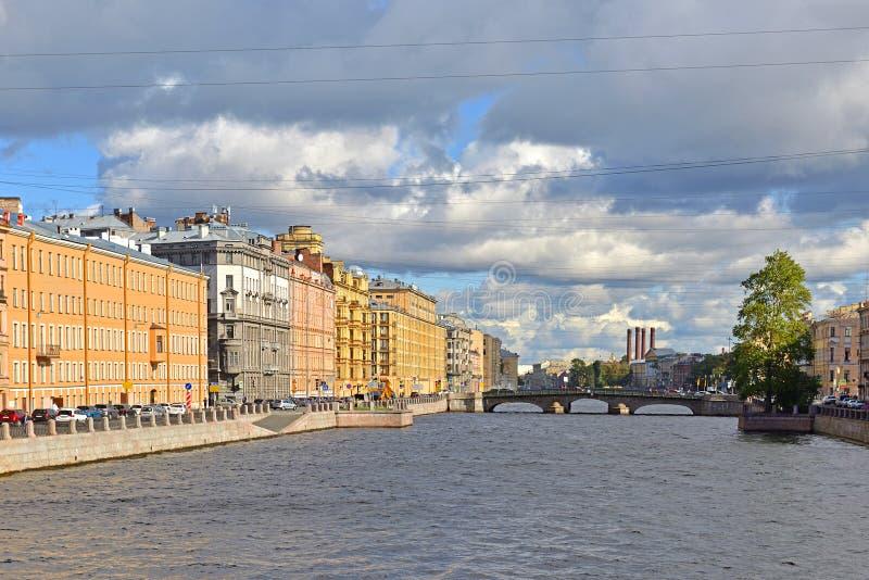 Terraplén del río de Fontanka, de las casas rentables anteriores antiguas y del puente 1861 de Izmailovsky Otoño St Petersburg foto de archivo libre de regalías