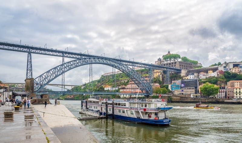 Terraplén del río del Duero con el puente de Luis I en Oporto - Portugal imágenes de archivo libres de regalías