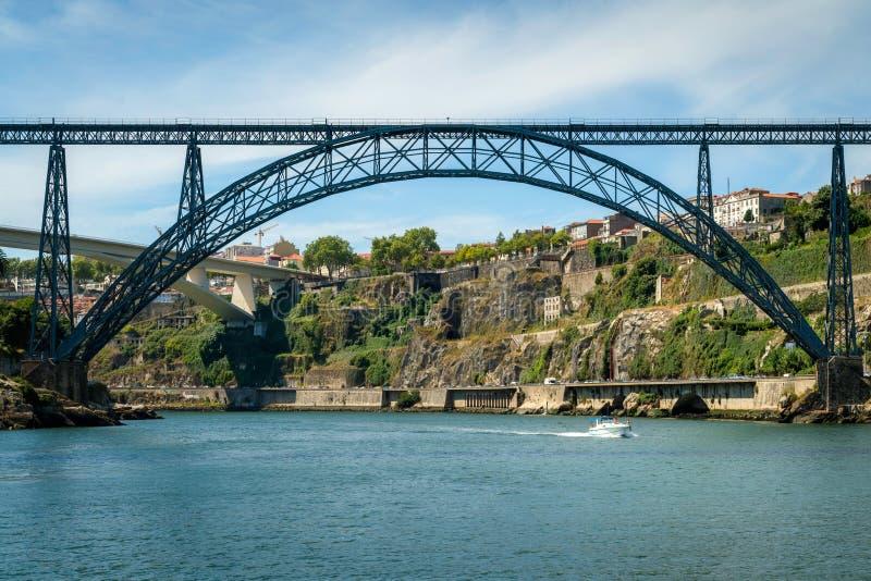 Terraplén del río del Duero con el puente de Luis I y príncipe Henry fotografía de archivo libre de regalías