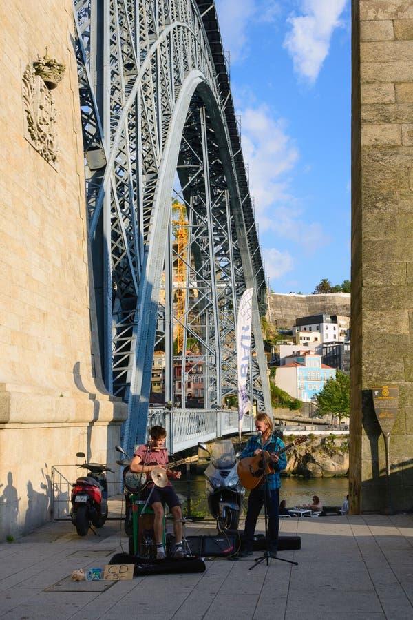 Terraplén del río del Duero en el tiempo de la puesta del sol Los músicos de la calle juegan música ardiente en la guitarra, cant imagenes de archivo