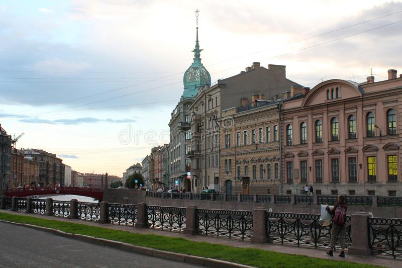 Terraplén del río Moika en el puente rojo St Petersburg foto de archivo libre de regalías
