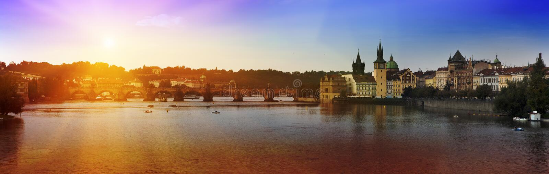 Terraplén y Charles Bridge, la República Checa de Praga - de Moldava Puesta del sol imagen de archivo libre de regalías