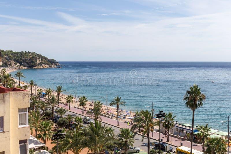 Terraplén y la playa de la ciudad de vacaciones de Lloret de Mar, Costa Brava, España imagen de archivo libre de regalías