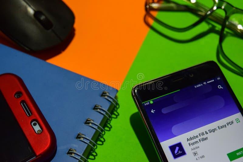Terraplén y muestra de Adobe: Revelador fácil app del llenador del formulario del pdf en la pantalla de Smartphone fotografía de archivo