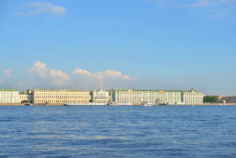 Terraplén y Neva River del palacio fotos de archivo libres de regalías