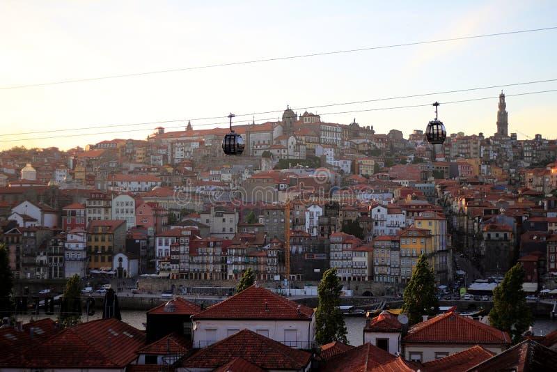 Terraplén y teleféricos del río del Duero en Oporto fotografía de archivo