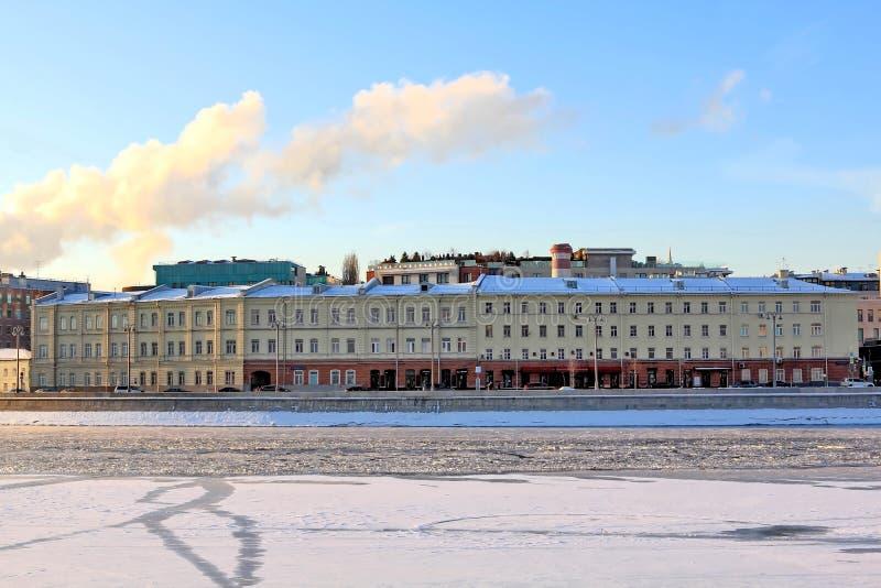 Terraplenagem bonita de Prechistenskaya em Moscou nos raios do sol do inverno foto de stock royalty free