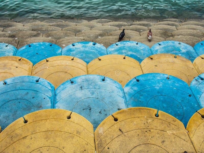 Terraplenagem concreta colorida do litoral foto de stock