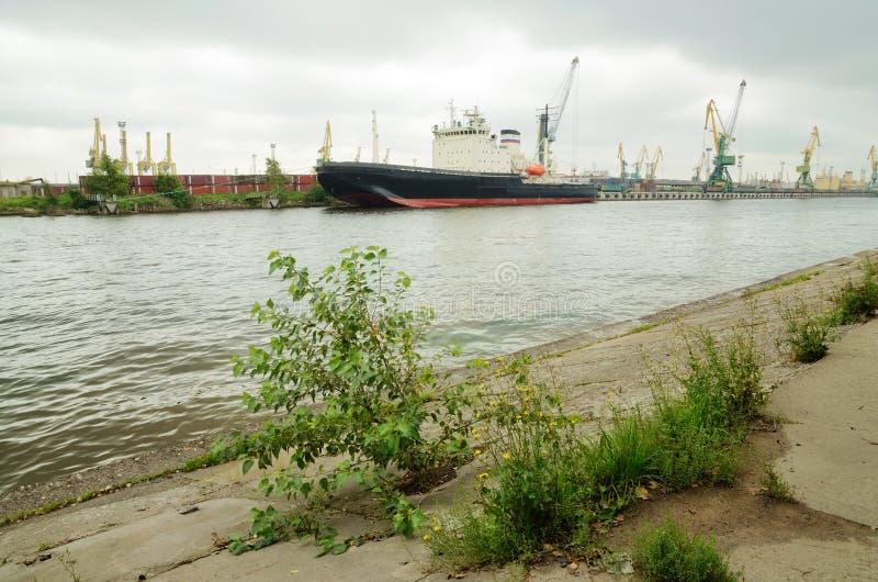 A terraplenagem concreta do rio fotos de stock