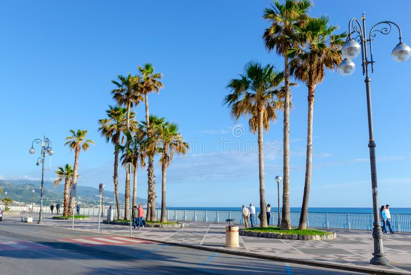 Terraplenagem da cidade de Diamante, o mar Mediterrâneo, Calabria, Itália fotografia de stock