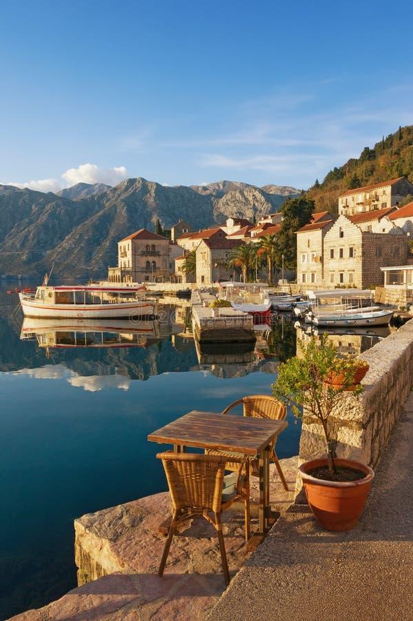Terraplenagem da cidade de Perast montenegro fotos de stock