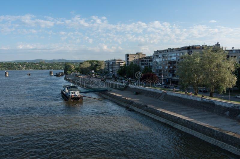 Terraplenagem de Danube River no centro da cidade de Novi Sad imagens de stock royalty free