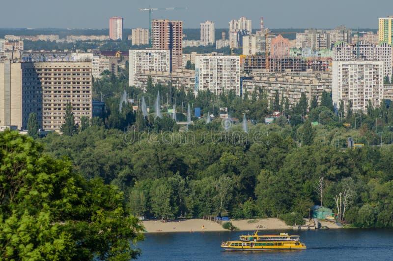Terraplenagem de Kiev, de Dnipro e áreas residenciais foto de stock