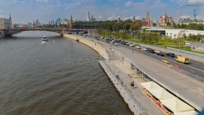 Terraplenagem de Moskvoretskaya e ponte de Bolshoy Moskvoretsky, rio de Moscou, Moscou, Moscou, Rússia imagem de stock royalty free