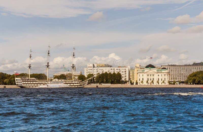 Terraplenagem de Petrovskaya, fragata-restaurante e construções velhas ao longo da terraplenagem no Neva St Petersburg imagem de stock