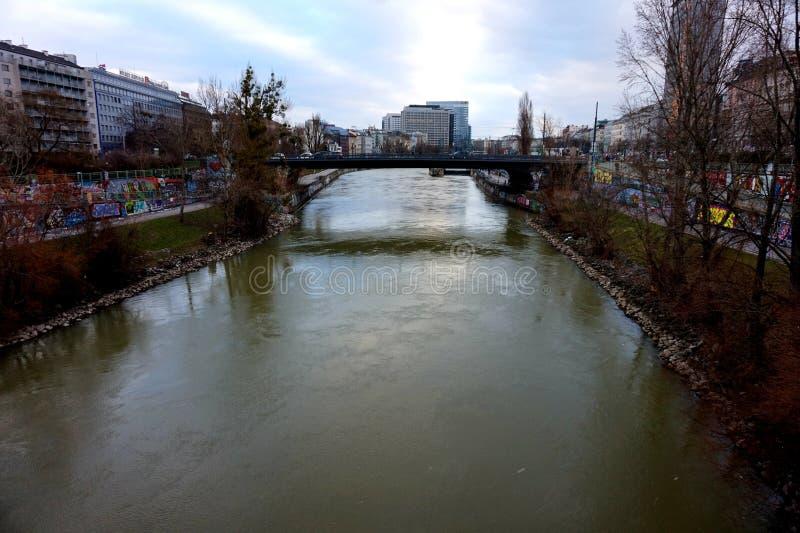 Terraplenagem de um dos tributários do Danúbio em Vienn imagem de stock royalty free