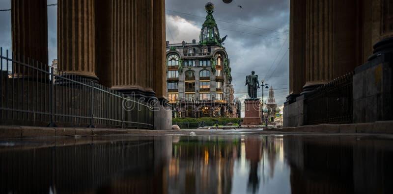 terraplenagem do canal de Griboedov da reflexão, St Petersburg Rússia fotos de stock