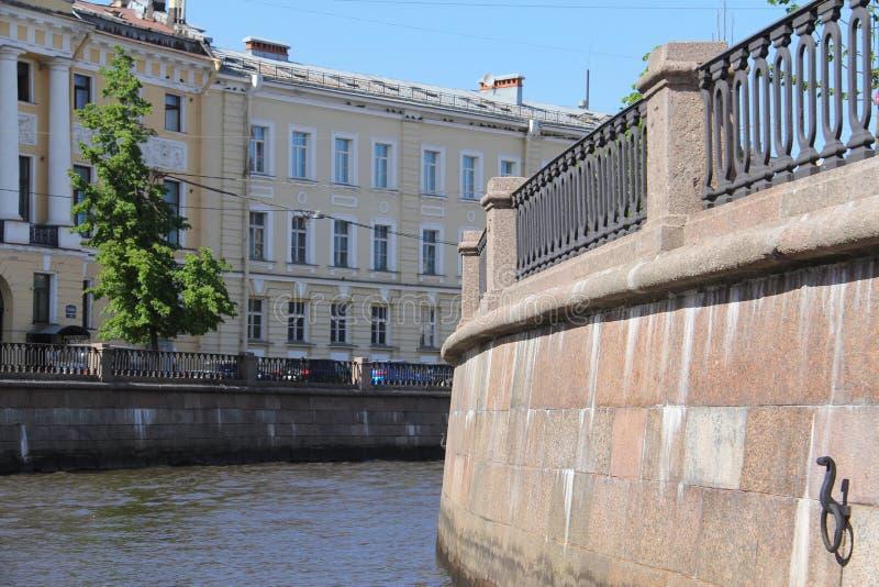 Terraplenagem do granito do canal de Griboyedov fotografia de stock