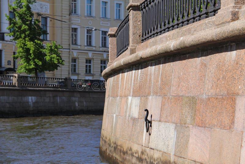 Terraplenagem do granito do canal de Griboyedov fotos de stock royalty free