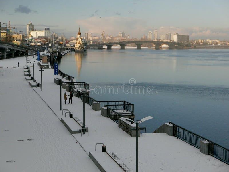 Terraplenagem do inverno do rio de Dnieper fotografia de stock
