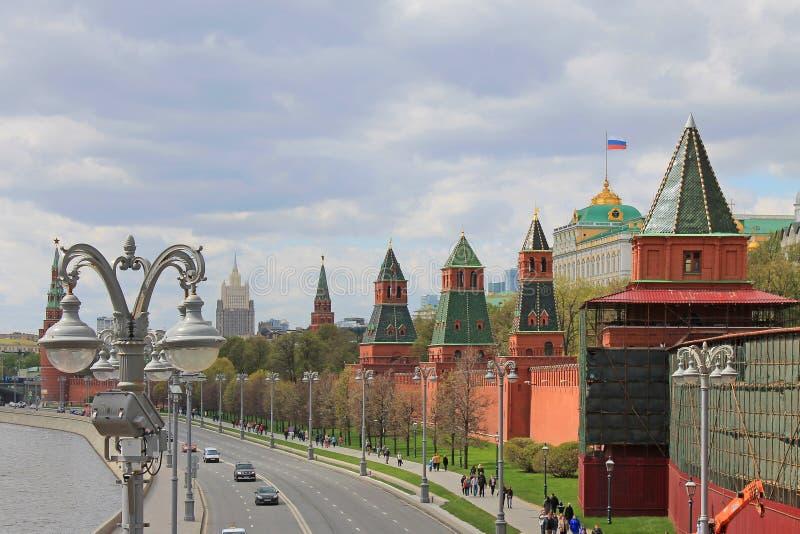 Terraplenagem do Kremlin em Moscou que negligencia o rio e as atra??es principais da capital do russo fotos de stock