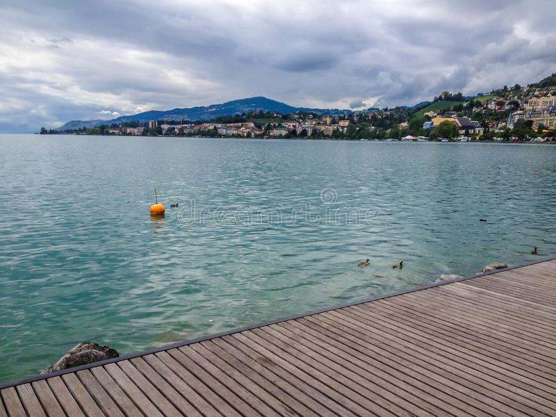Terraplenagem do lago geneva em Montreux, suíço Riviera Montanhas dos cumes no fundo, Suíça, Europa imagem de stock