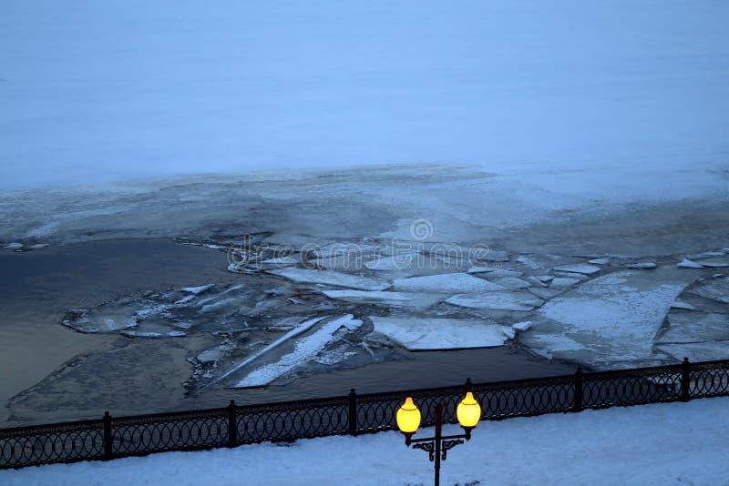 Terraplenagem do rio da noite da foto com milagre das banquisas de gelo imagem de stock royalty free