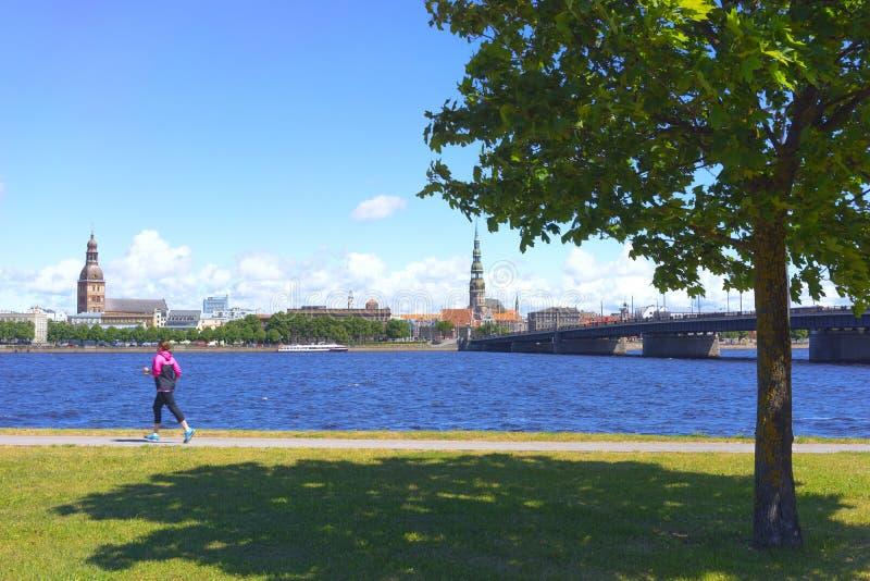 Terraplenagem do rio do Daugava em Riga imagens de stock